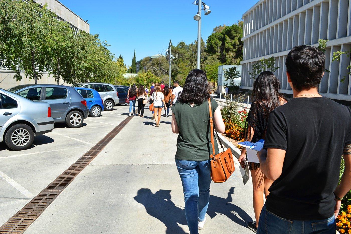 Tutaj już po prezentacji studenci pomagali nam odnaleźć przystanek autobusowy i wyjaśnili jak daleko i długo mamy jechać, żeby dojechać do urzędu miasta.