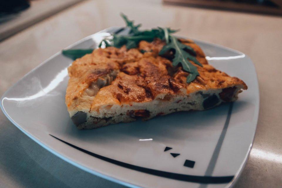 Omlet ala pizza z kabanosami